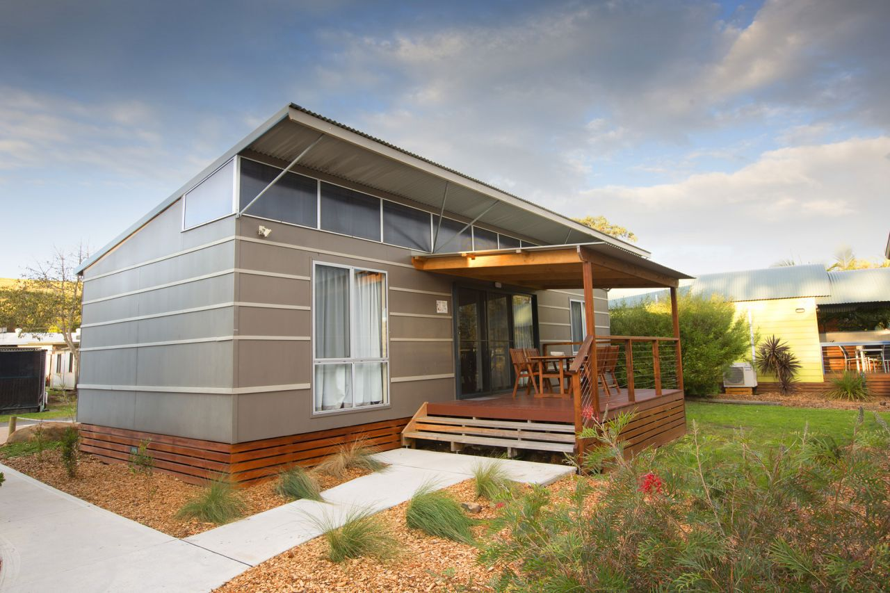deluxe 2 bedroom cabin gerroa holiday caravan park. Black Bedroom Furniture Sets. Home Design Ideas